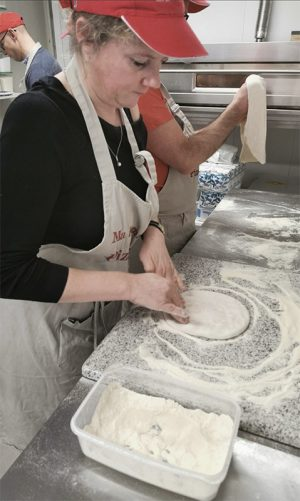 Façonnage à la main de la pâte à pizza